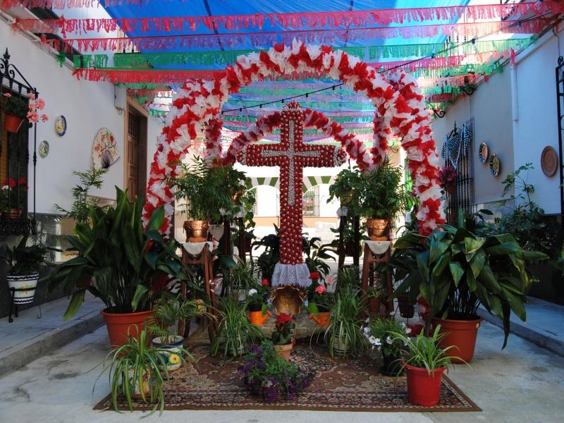 Cruz de Mayo Subbética adornada con flores