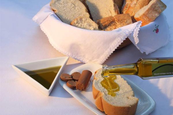 Gastronomía de la Subbética turrolate con pan y aceite