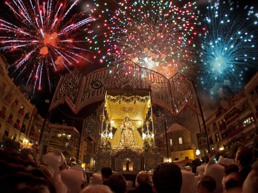 Fiestas aracelitanas procesión de la Virgen de Araceli fuegos artificiales