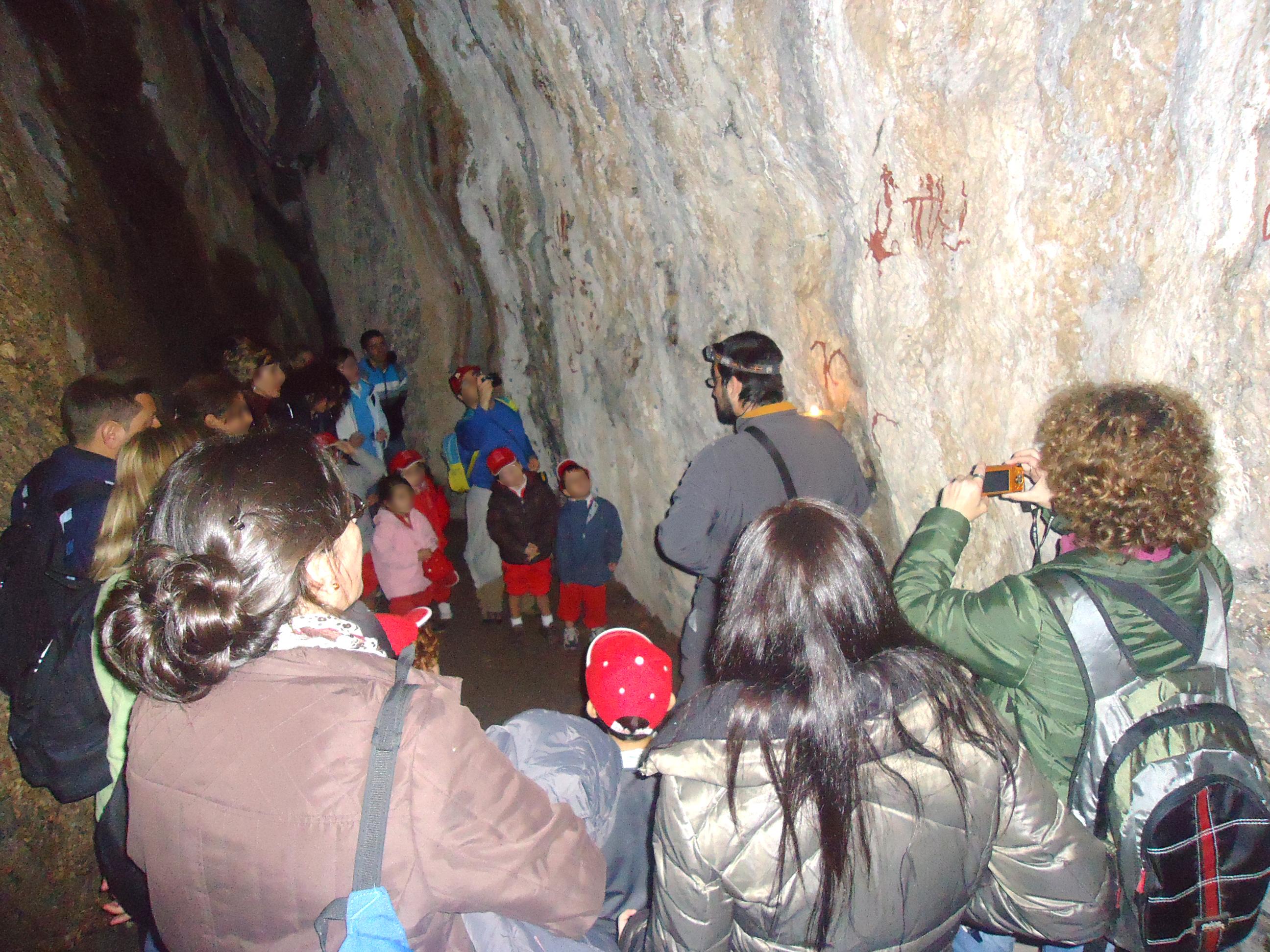 Grupo de visitantes en la Cueva de la Encantada