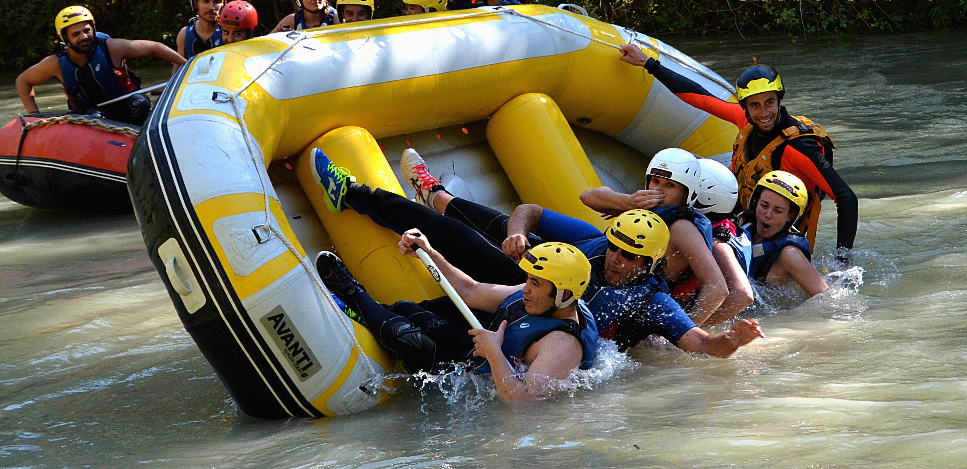 Grupo de amigos disfrutando de una jornada de rafting