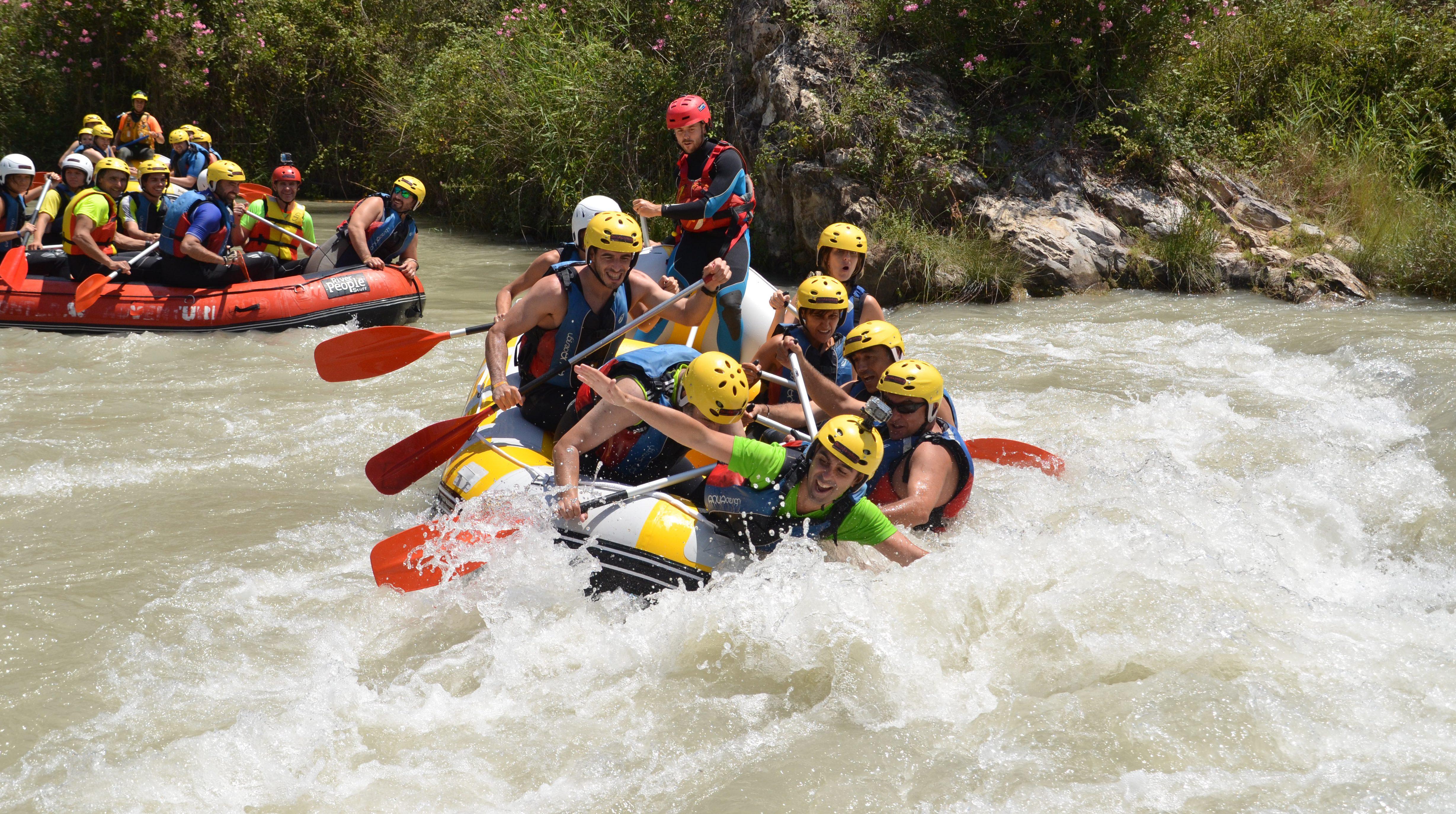 Grupo practicando rafting en el río Genil