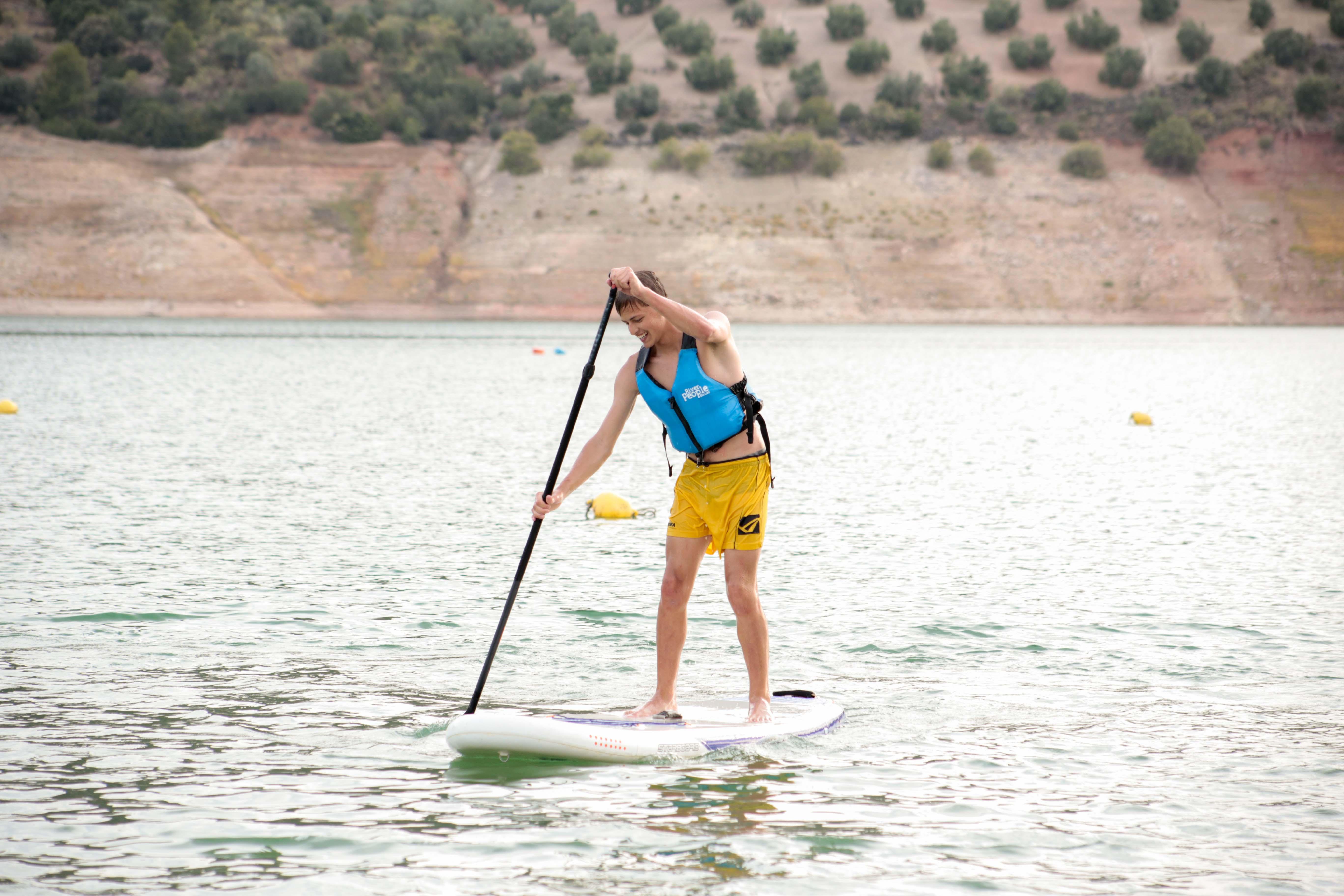 Joven practicando paddle surf en el embalse de Iznájar