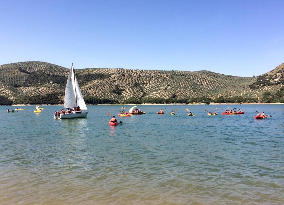 Grupo realizando vela y recorridos en kayak en el embalse de Iznájar